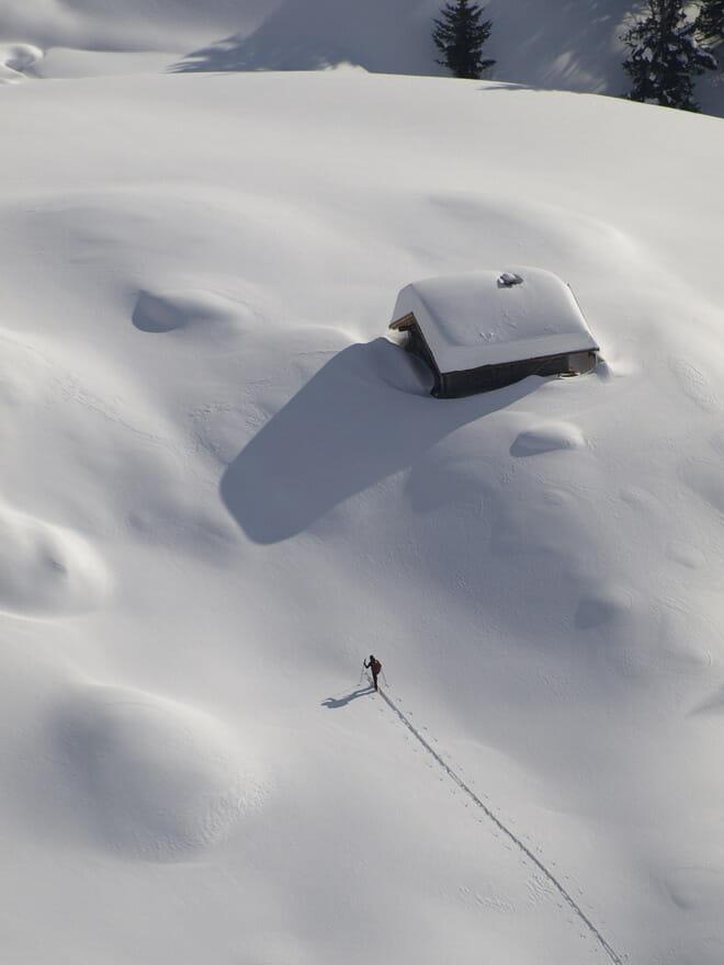 Rifugio con escursionista solitario