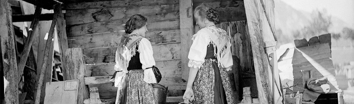 Ragazze in costume ladino ampezzano - 1922