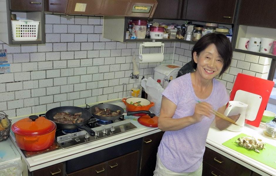Kyoko alle prese con la famosa carne di Kobe, la carne di Wagyu